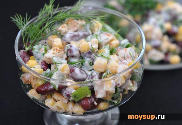 Салат с фасолью кириешками и огурцом свежим