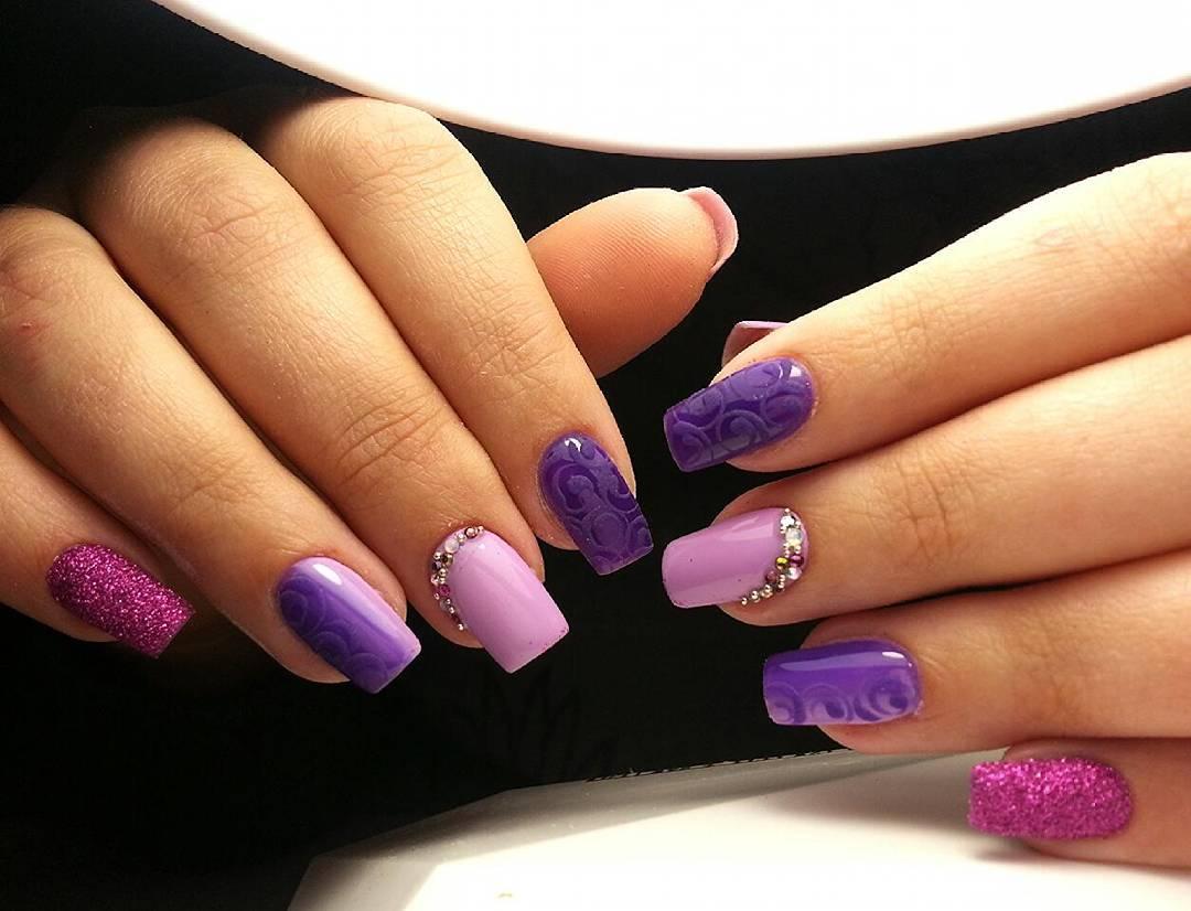 Маникюр фиолетового цвета с дизайном